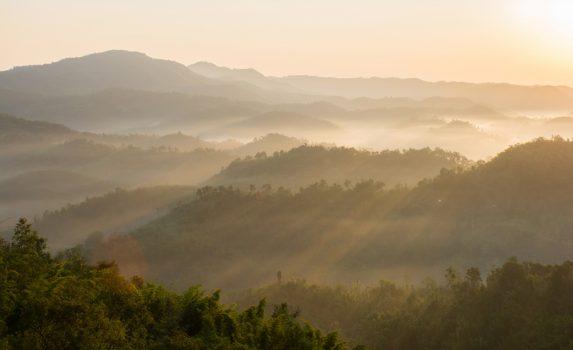 朝霧に包まれた山々 タイの風景