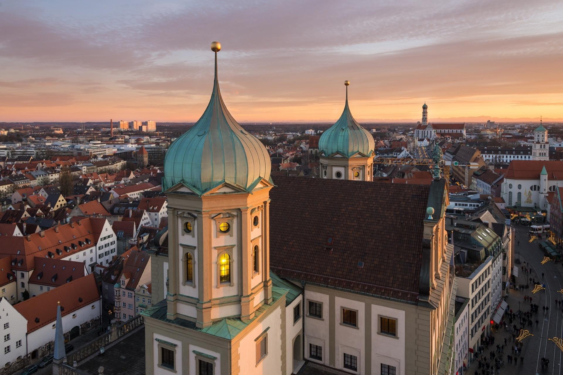アウクスブルク市庁舎と夕暮れの町並み ドイツの風景