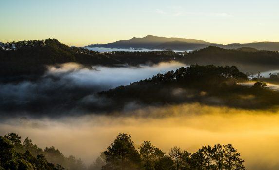 霧の朝の風景 ベトナムの風景