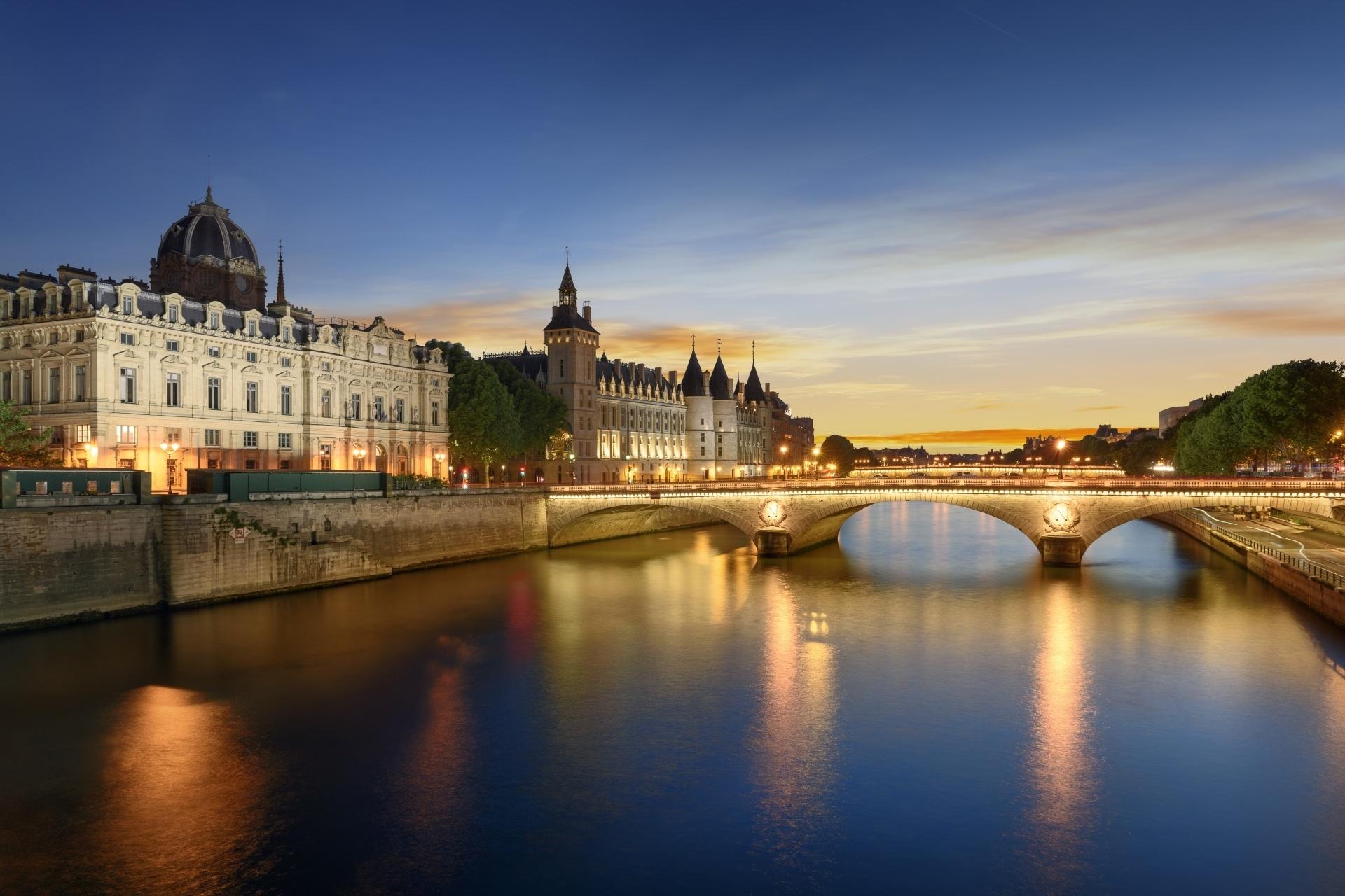 夕暮れのポン・ヌフとセーヌ川 パリの夕景 フランスの風景