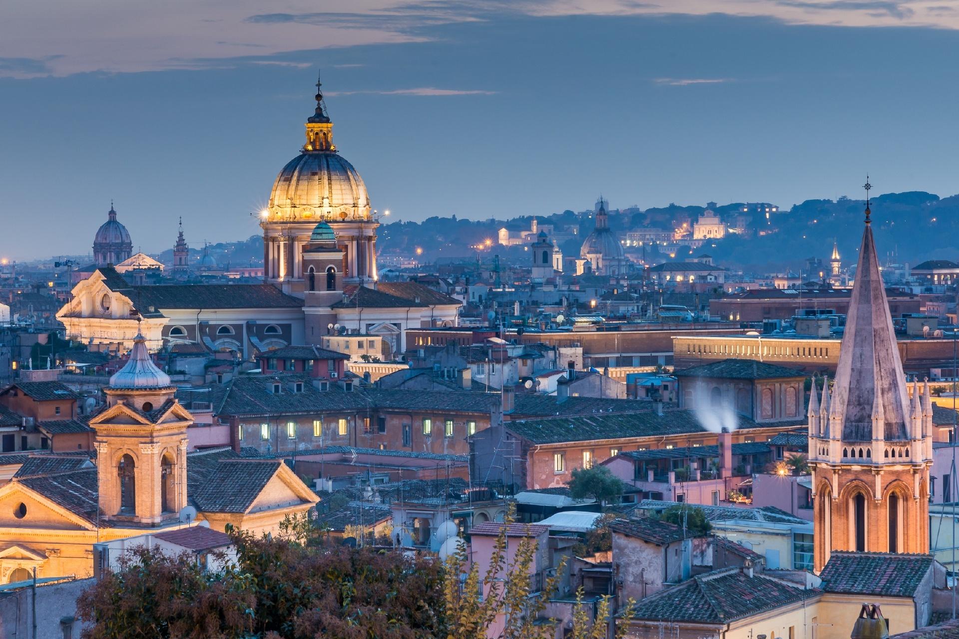 夜のローマの街並み イタリアの風景