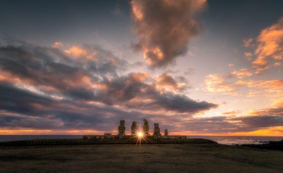 イースター島 モアイ像と夕日の風景 チリの風景