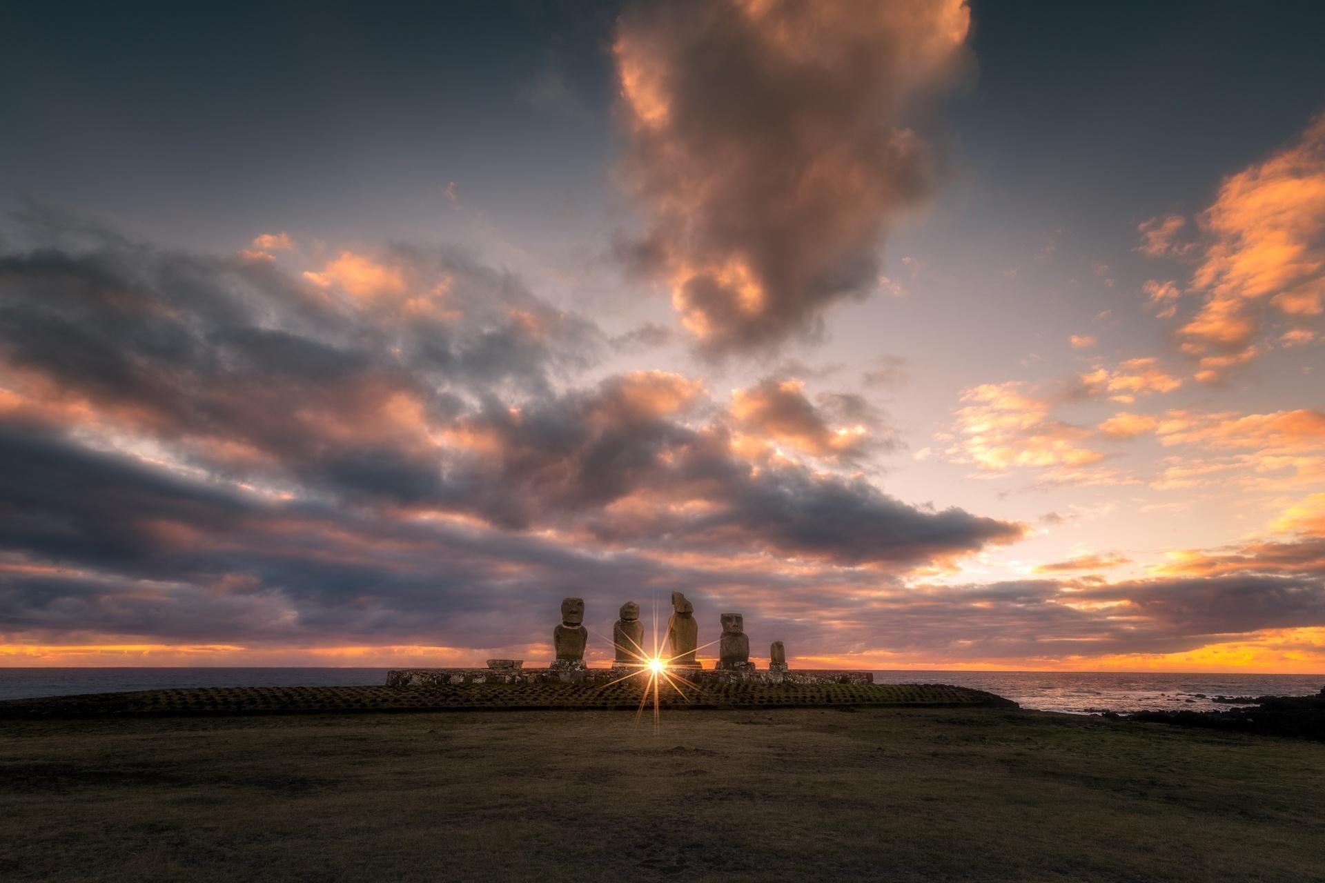 イースター島 壮大なモアイ像の後ろに沈む夕日の風景 チリの風景