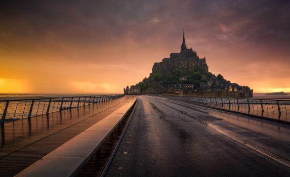 夕暮れのモンサンミッシェル フランスの風景
