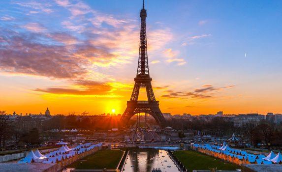 エッフェル塔とパリの夕暮れ フランスの風景