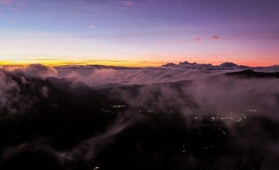 日の出前のブロモ山の風景 インドネシアの風景
