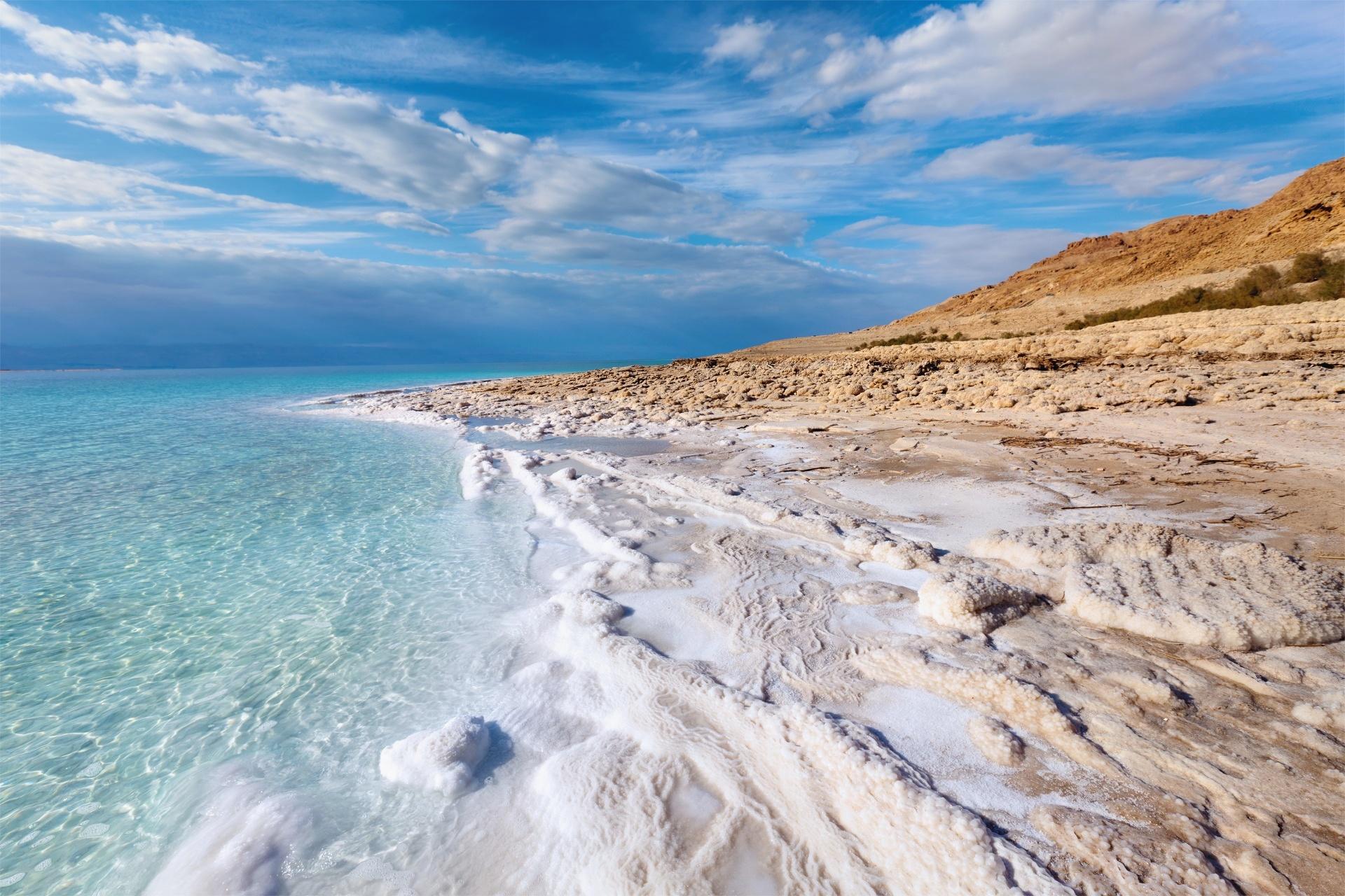 青空と雲と死海の風景 イスラエルの風景