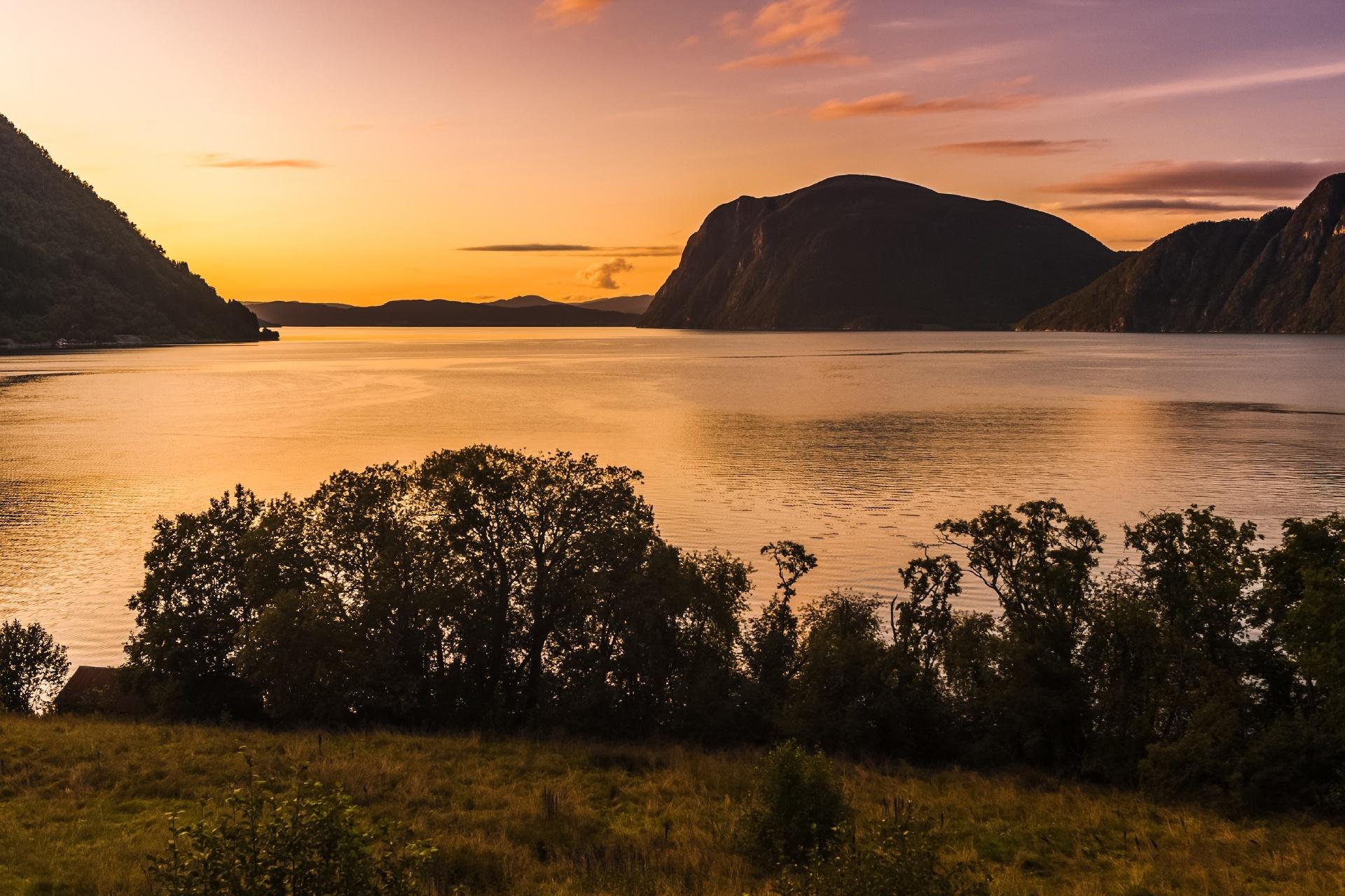 夕暮れの湖 ノルウェーの風景