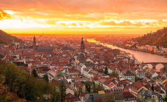 中世の旧市街と壮大な夕暮れの風景 ドイツの風景