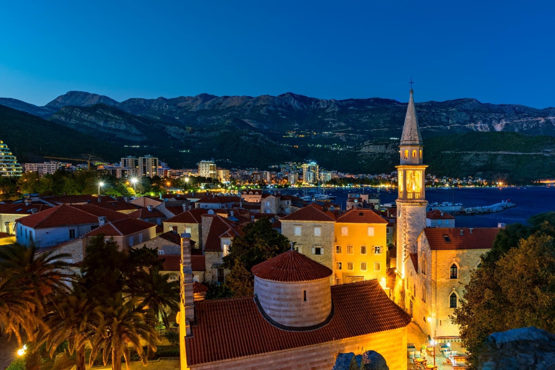 ブドヴァ旧市街とルカ湾の夜景 モンテネグロの風景