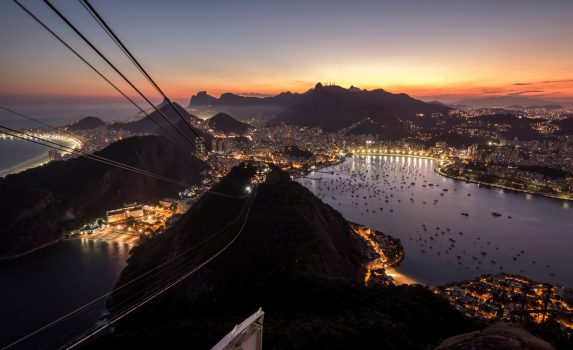 夕暮れの海とリオデジャネイロの町並み ブラジルの風景
