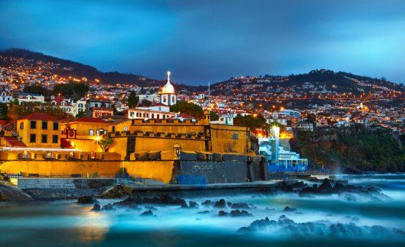 夜のサンチャゴ砦とフンシャルの町並み ポルトガル領マデイラ諸島の風景