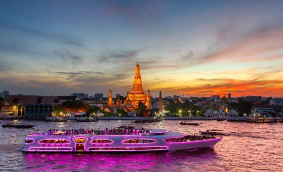 ワット・アルンと夕暮れ時のクルーズ船 バンコクの風景 タイの風景