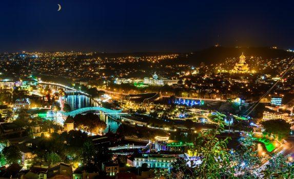 夜のトビリシの町並みと三日月の風景 ジョージアの風景