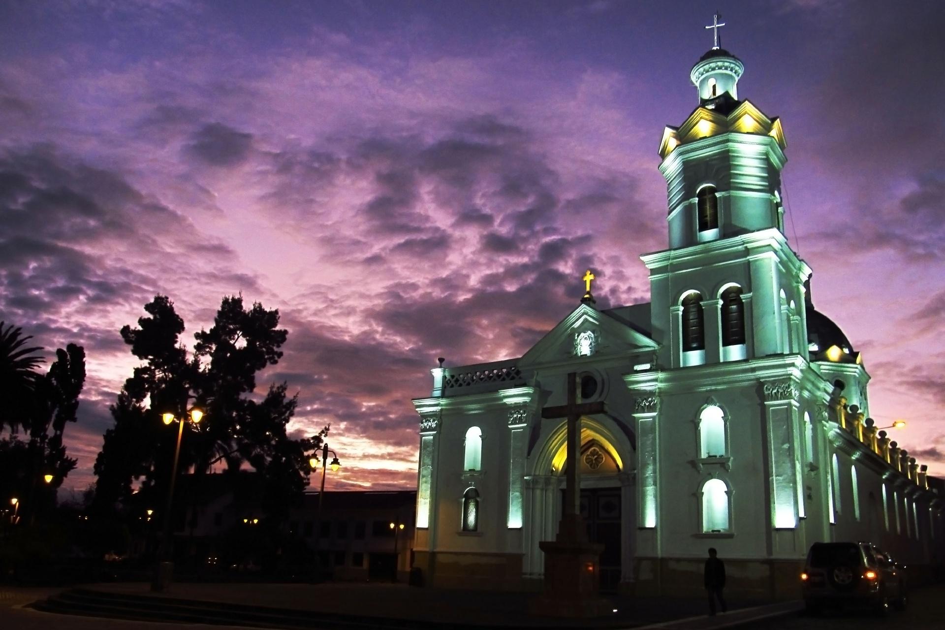 夕暮れ時の教会 クエンカ エクアドルの風景