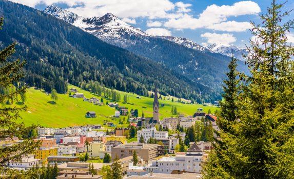 アルプスの山々とダボスの町 スイスの風景