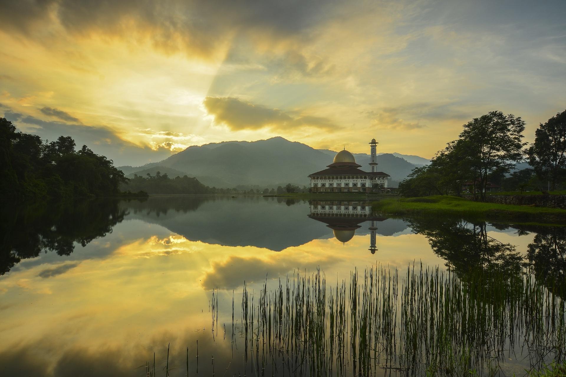 湖とモスク マレーシアの風景