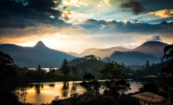 スリー・パーダと夕暮れの風景 スリランカの風景