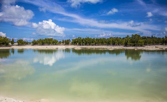 青と緑のラグーンの風景 キリバスの風景