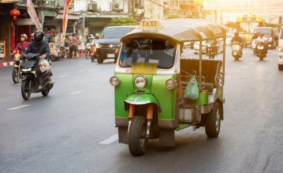 トゥクトゥクの走るバンコクの風景 タイの風景
