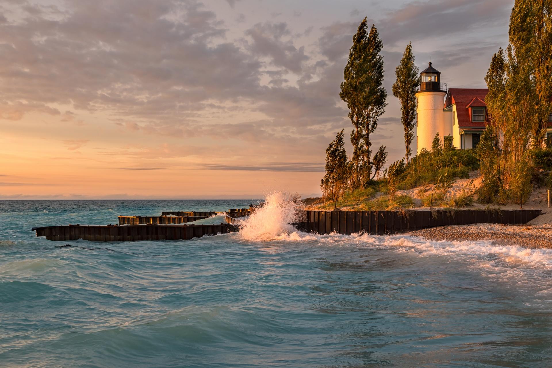 夕暮れのミシガン湖とポイント・ベッツィー灯台 アメリカの風景