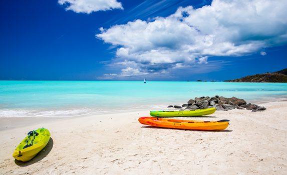 アンティグア島の青い海と白い砂浜の風景 アンティグア・バーブーダの風景