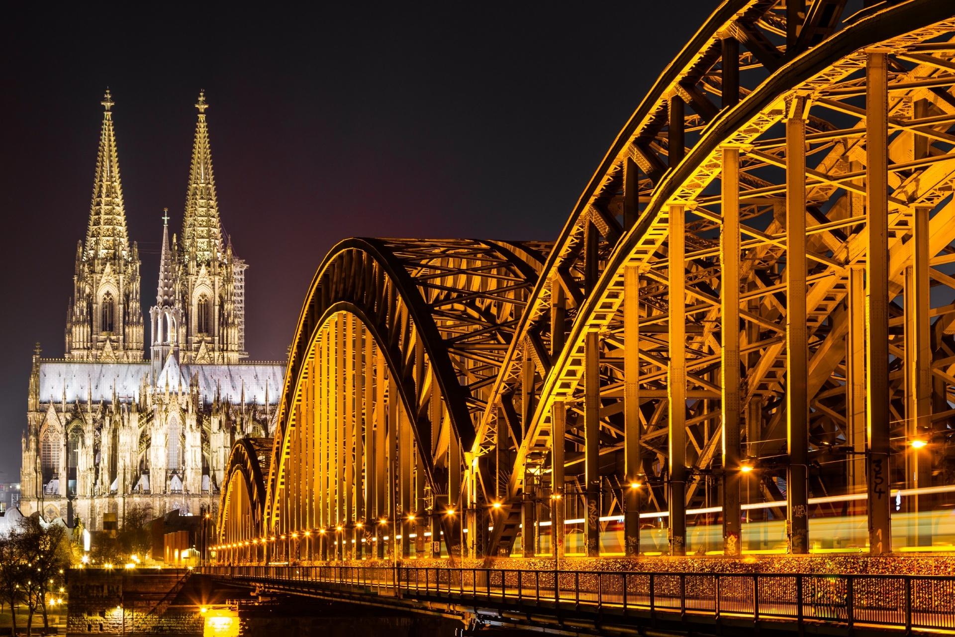 ケルン大聖堂と夜のホーエンツォレルン橋 ドイツの風景