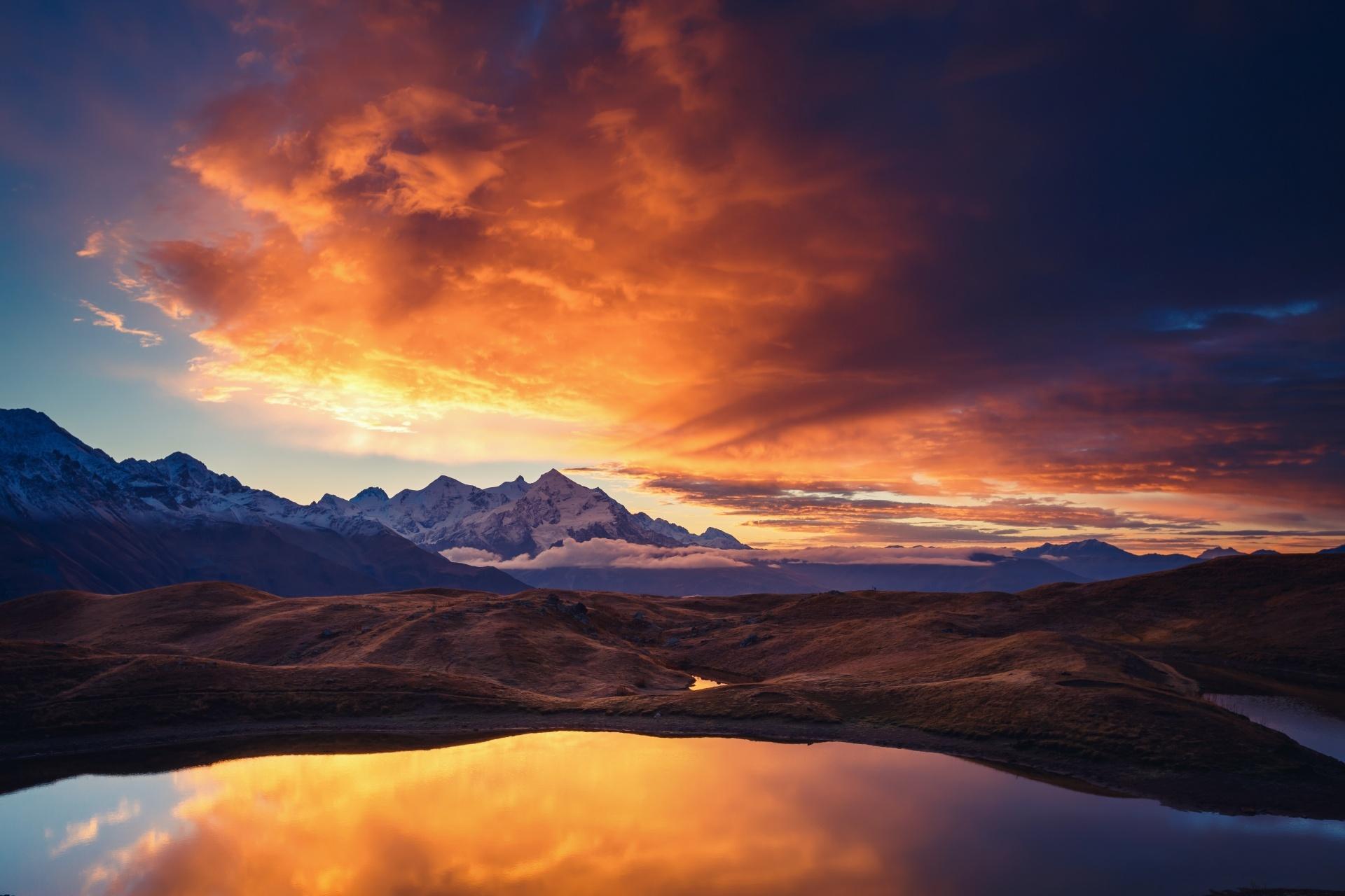 朝のコルルディ湖とウシュバ山 ジョージアの風景