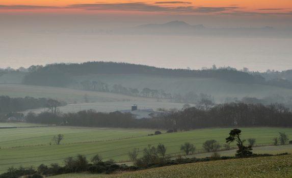 エジンバラとアーサーの玉座の朝の風景 スコットランドの風景