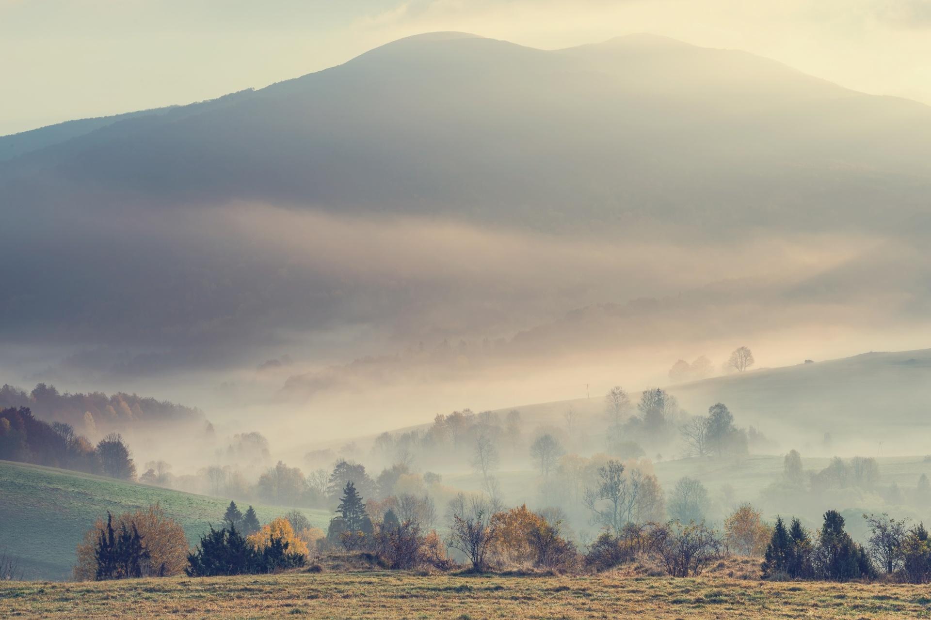 秋の朝の風景 ビエシュチャディ山地 ポーランドの風景