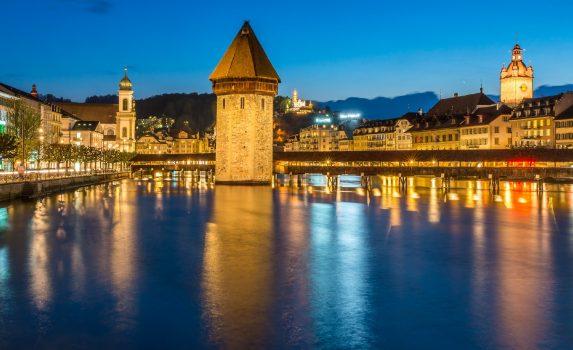 夜のカペル橋 スイスの風景