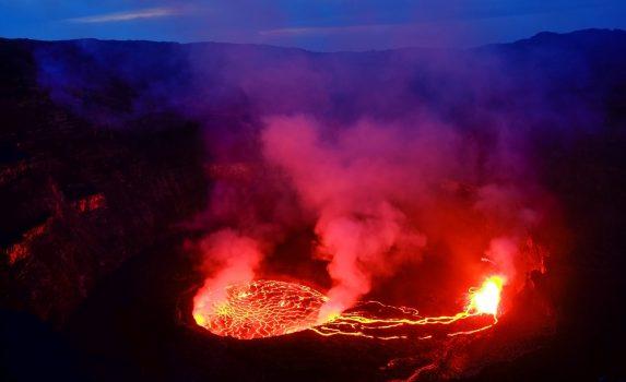 夜のニーラゴンゴ山 コンゴの風景
