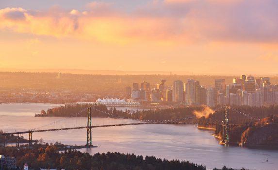 冬の朝のライオンズゲートブリッジ カナダの風景