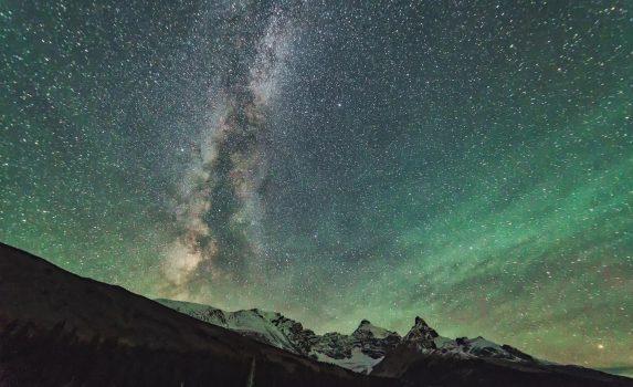 ロッキー山脈と天の川とオーロラの風景 カナダの風景