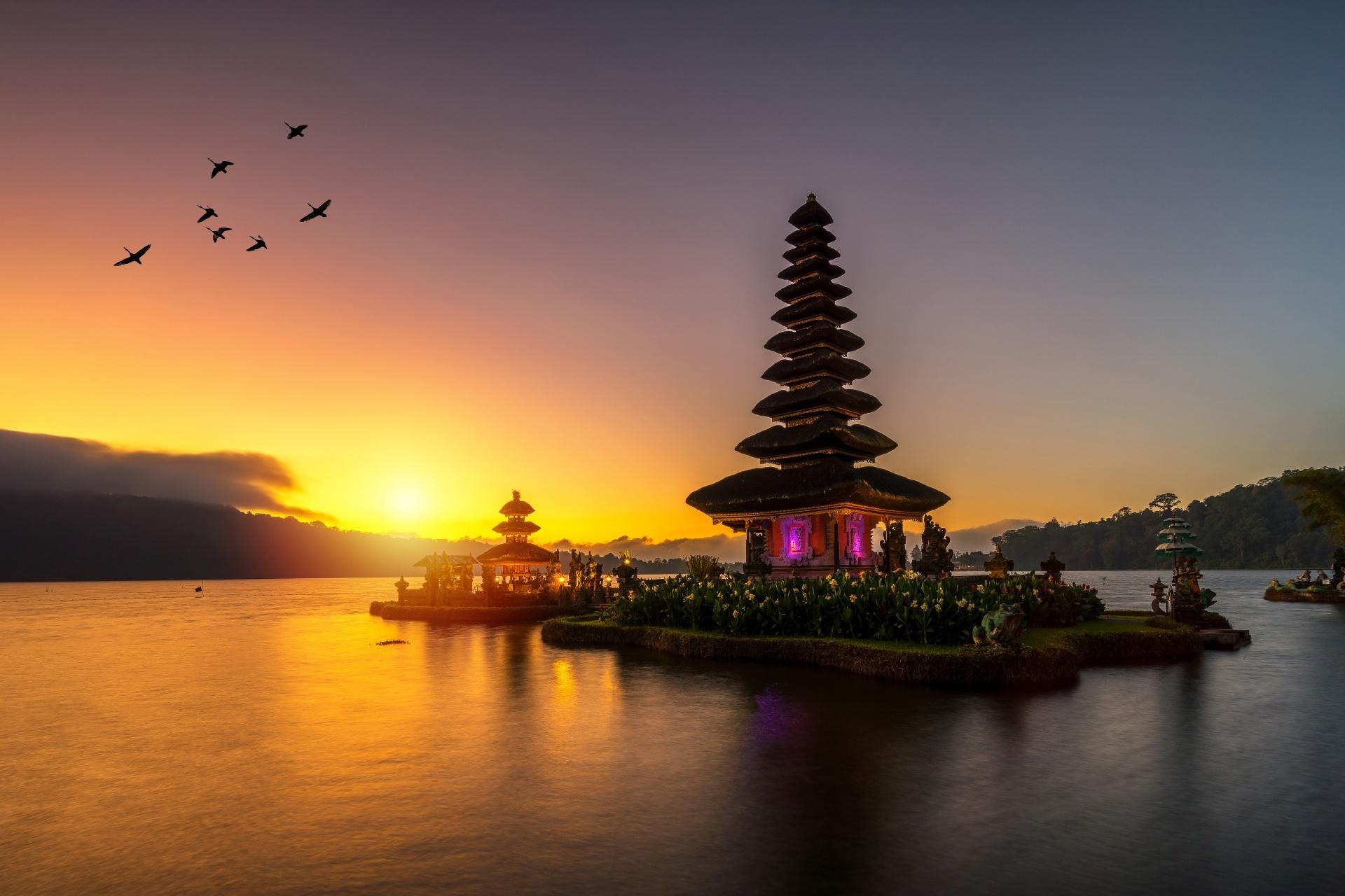 夕暮れのブラタン湖とウルン・ダヌ・ブラタン寺院 インドネシアの風景