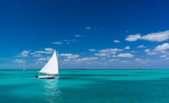 ホープ・タウンの沖合をゆくヨット バハマの風景