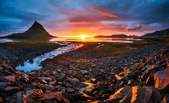 キルキュフェトル山の夕暮れの風景 アイスランドの風景