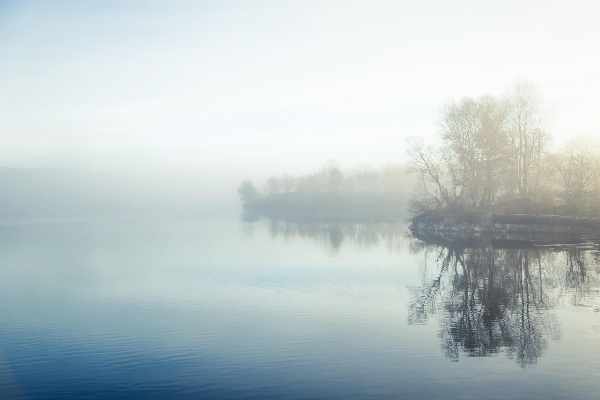 秋の朝の湖の風景 ノルウェーの風景
