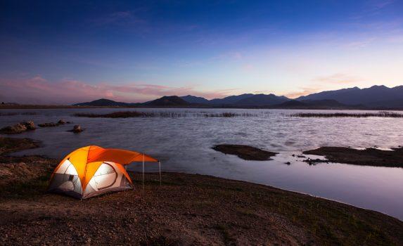 夕暮れの湖の風景