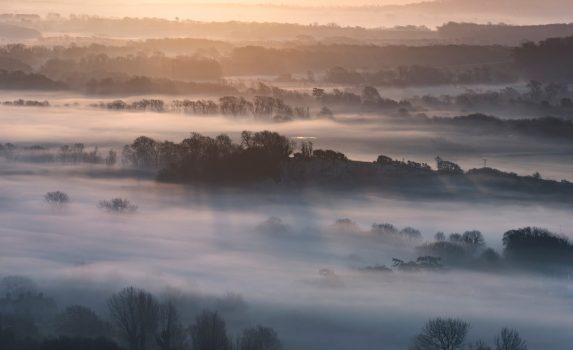 冬の日の出と美しい霧 英国の田園風景 イギリスの風景