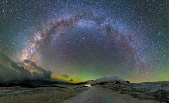 夜のエルブルス山と天の川 ロシアの風景