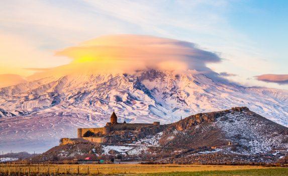朝のアララト山とホル・ヴィラップ修道院の風景 アルメニアの風景