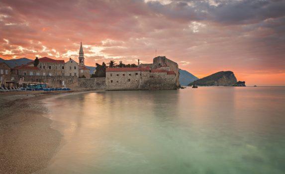 日の出のブドヴァの旧市街と浜辺の風景 モンテネグロの風景