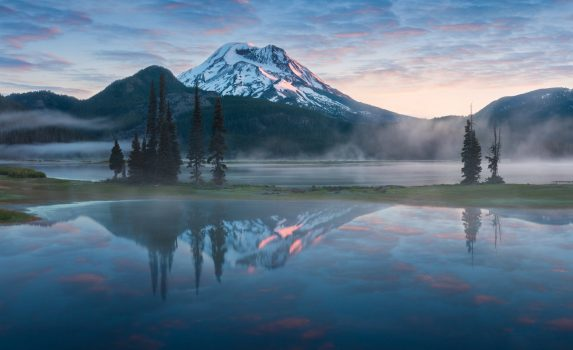 朝のスパークス湖とカスケード山脈の山並み アメリカの風景