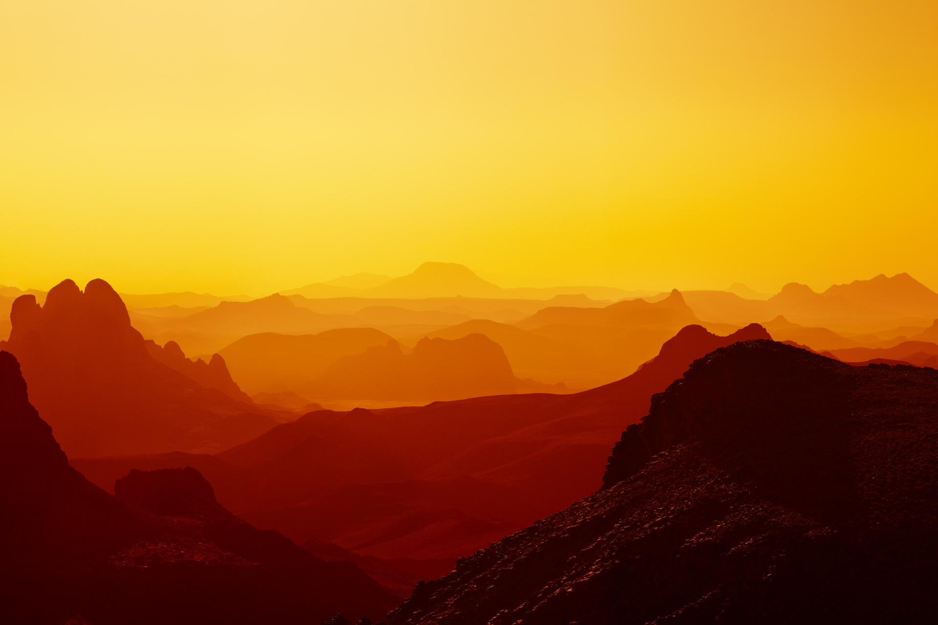 朝のサハラ砂漠オガル山地 アルジェリアの風景