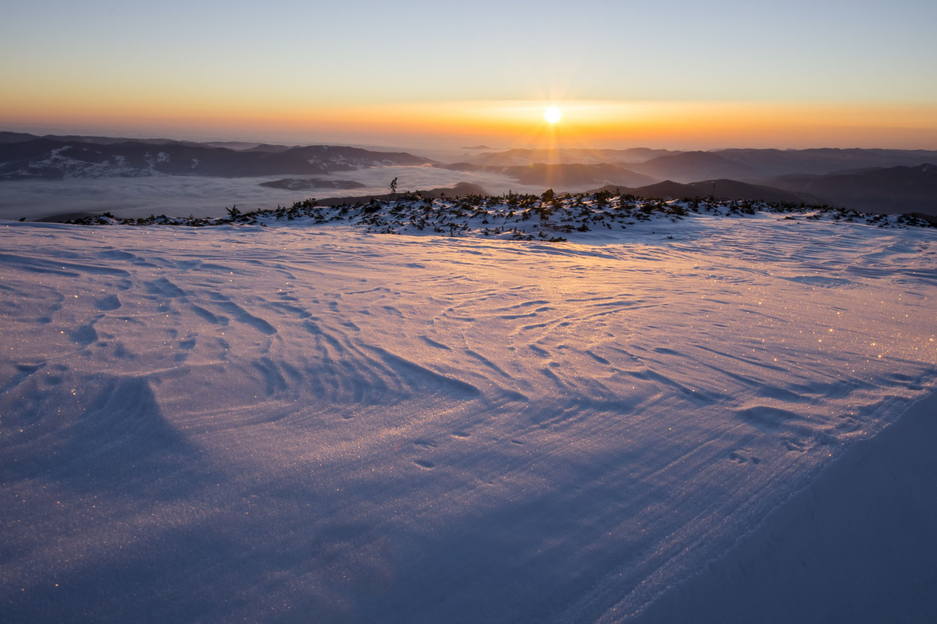 冬のカルパチア山脈の日の出 ルーマニアの風景