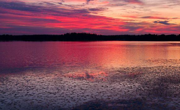 夕暮れの湖 フィンランドの風景