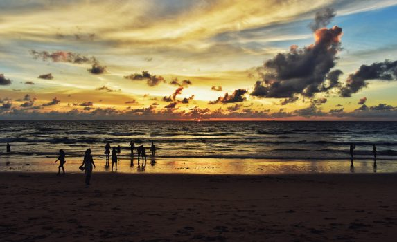 カロンビーチの夕暮れの風景 タイの風景