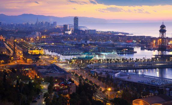 朝のバルセロナと地中海の風景 スペインの風景