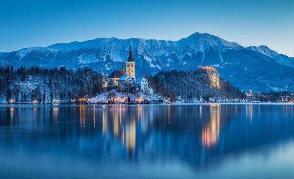 ブレッド城とブレッド湖の美しい冬の夜明けの景色 スロベニアの風景